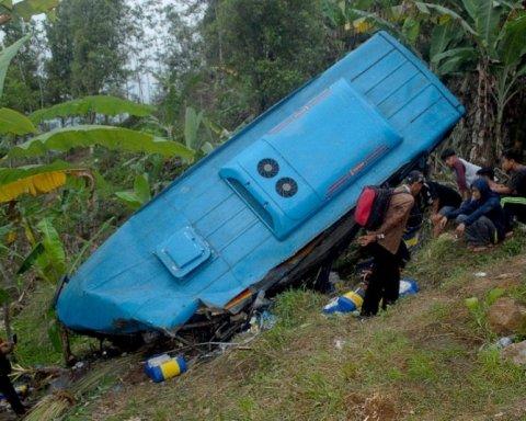 Автобус с туристами упал с обрыва: погибли два десятка человек