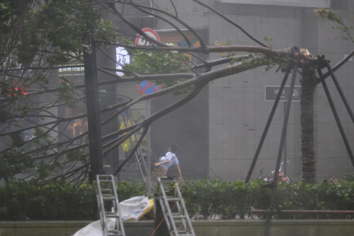 У Філіппінах не вщухає тайфун Манхут: більше півсотні людей загинули