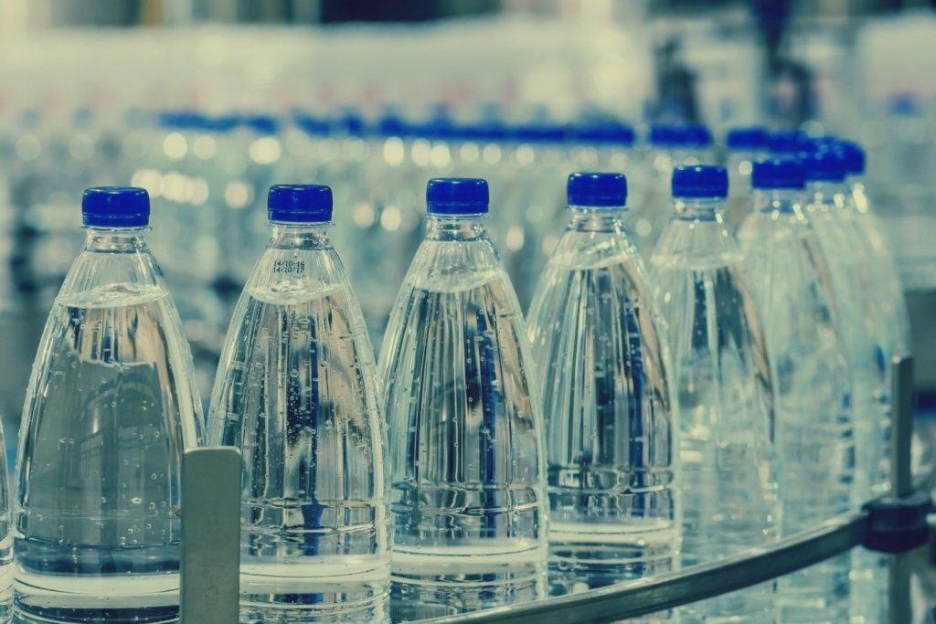 Не покупайте воду в пластике: ученые озвучили опасные последствия, пострадают даже потомки