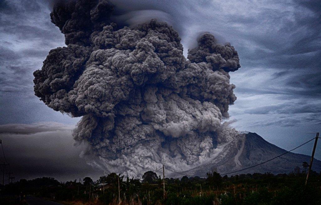 Столб огня и дыма поднялся на сотни метров: проснулся крупнейший вулкан