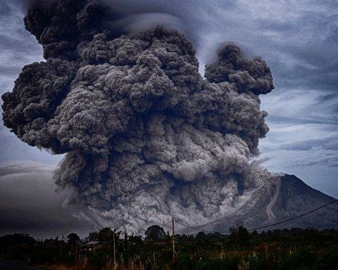 Стовп вогню та диму піднявся на сотні метрів: прокинувся найбільший вулкан