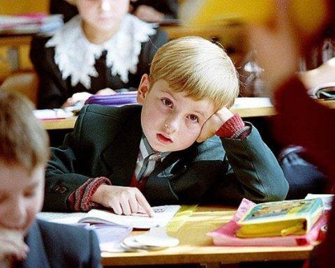 »Дураков на всех хватит»: российским школьникам выдали дневники с неправильным гербом