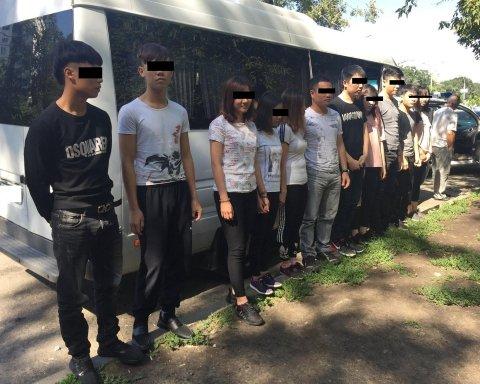 Переправляли из России: в Харькове задержали группу вьетнамских нелегалов