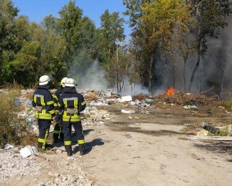 У Києві спалахнула масштабна пожежа: перші фото і відео