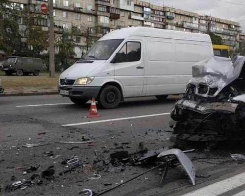 Чотири автівки в хлам: опубліковано фото масштабного ДТП у Києві