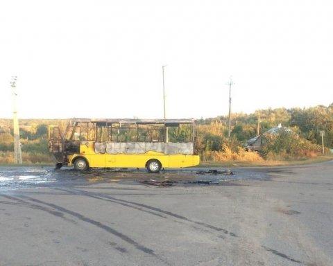 На Харьковщине дотла сгорел пассажирский автобус: фото с места ЧП