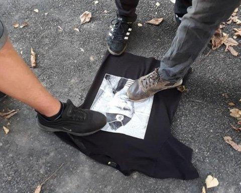 В Виннице продавали футболки с портретом Путина: активисты показали, что сделали с «трофеем»