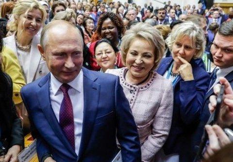Прильнул к истокам: в сети продолжают смеяться над странным фото Путина