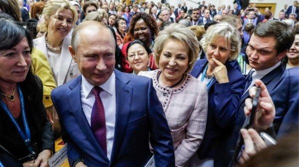 Припав до витоків: у мережі продовжують сміятися над дивним фото Путіна