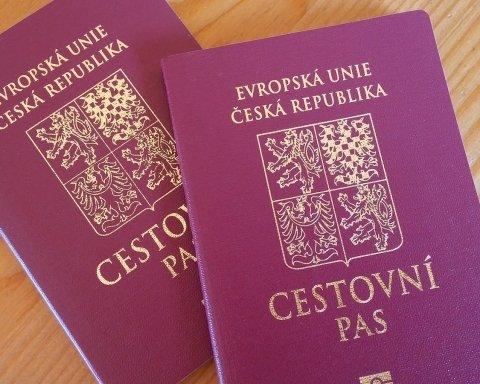 Паспорта жителям Закарпатья: в скандал вмешалась еще одна страна