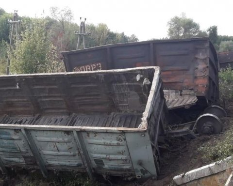 Електричка протаранила товарні вагони: кадри з місця НП