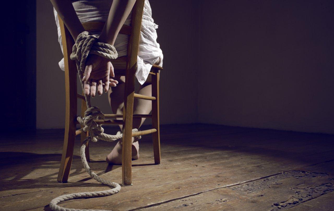 быстро открыла девушка пристегнуты наручниками к стулу заплывших спросонья или