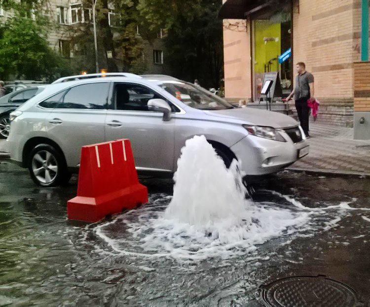 У центрі Києва з-під землі пробився фонтан: відео комунальної катастрофи