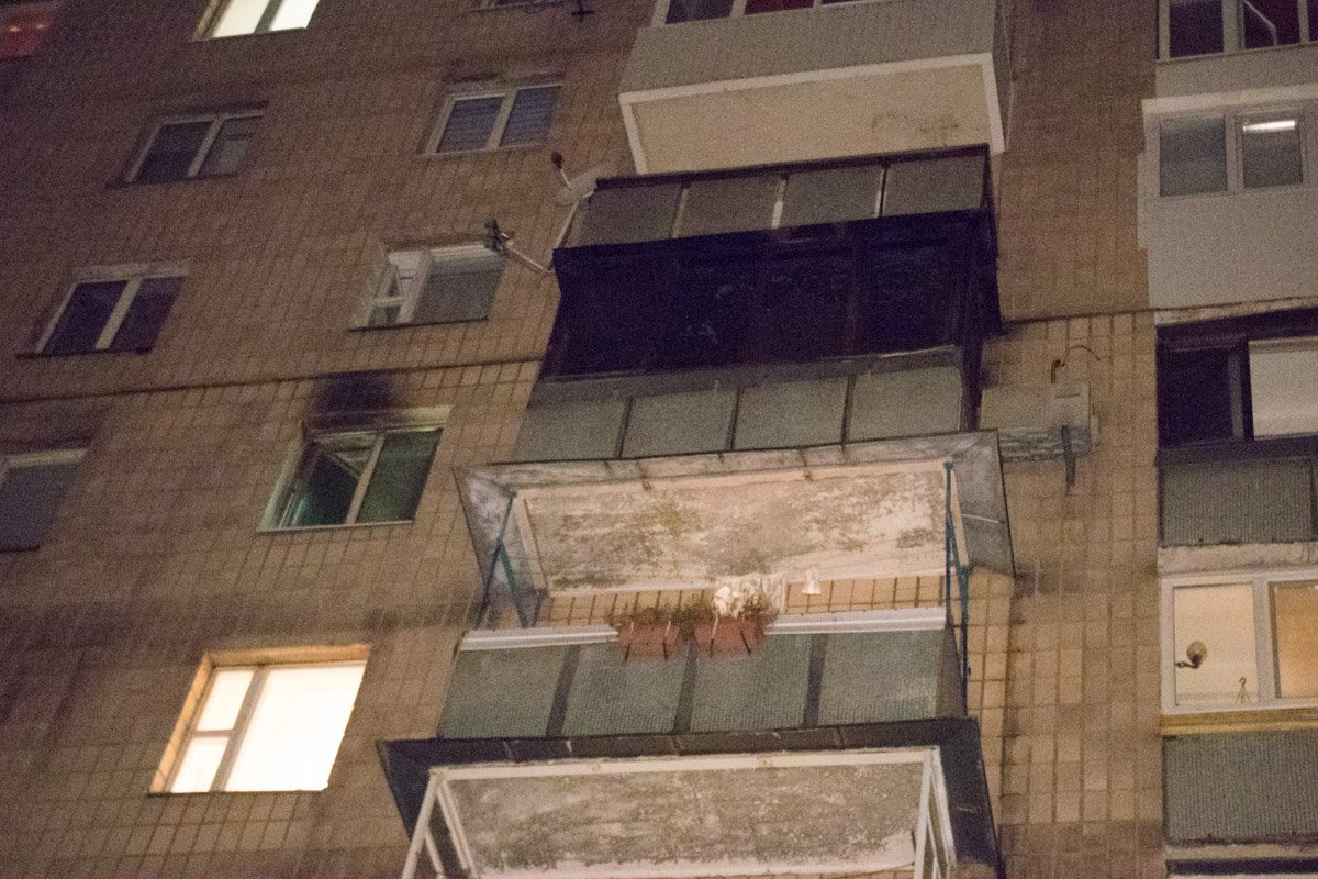 В Киеве ночью горела многоэтажка: опубликованы фото и видео
