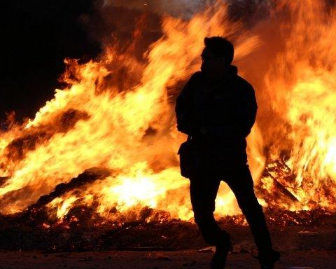 В центре Киева за считанные минуты полностью сгорело авто