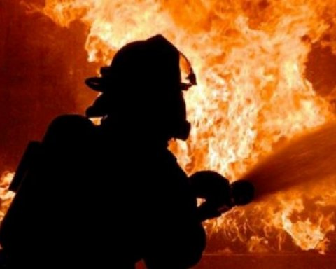 У центрі Києва спалахнула масштабна пожежа у ресторані