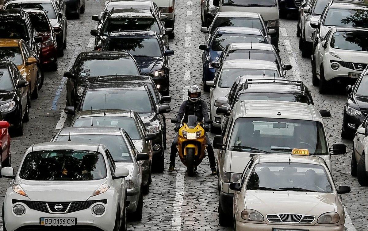 В Киеве авто стоят в огромных пробках, дороги заблокированы: карта проезда
