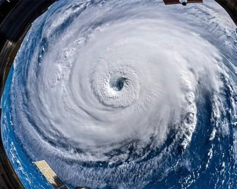 NASA показало, как выглядит разрушительный ураган Флоренс из космоса