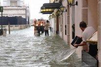 Головне – поїсти: з'явилося відео затопленого ресторану у Венеції