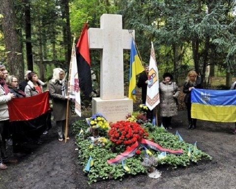 Британський пропагандист Кремля спаплюжив могилу Бандери та виклав скандальне відео