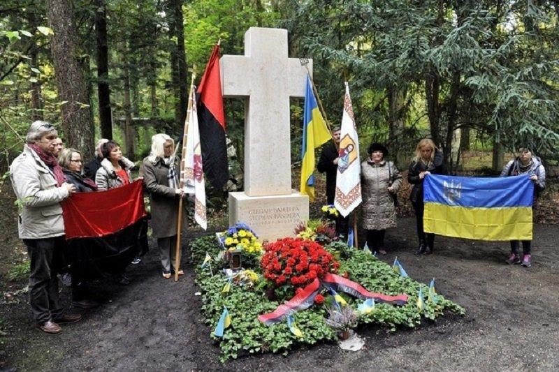 У Німеччині взялися запропагандиста Філіпса через наругу над могилою Бандери