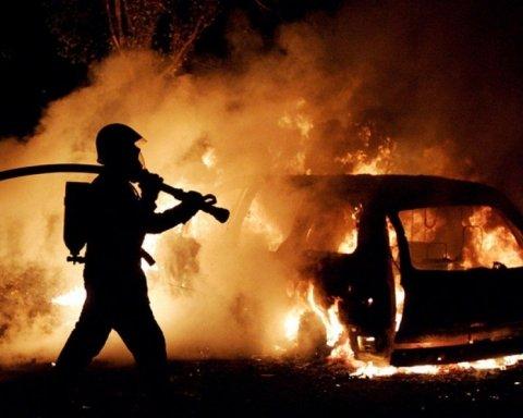 На вулиці Києва раптово загорілась автівка: фото з місця НП
