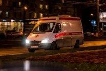 У Києві неадекватний чоловік в трусах кидався під вантажівку: фото з місця подій
