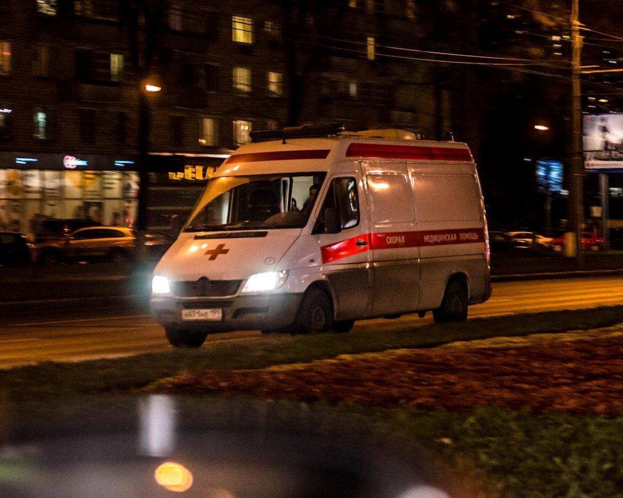 В Киеве неадекватный мужчина в одних трусах кидался под грузовик: фото с места событий