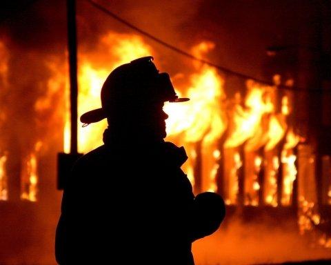 В Киеве сгорели машины на СТО: появились фото и видео