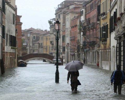 Италию затопило, знаменитый город почти полностью под водой: фото и видео