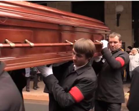 Труну з тілом Романа Карцева провели на кладовище оплесками: з'явилися фото та відео