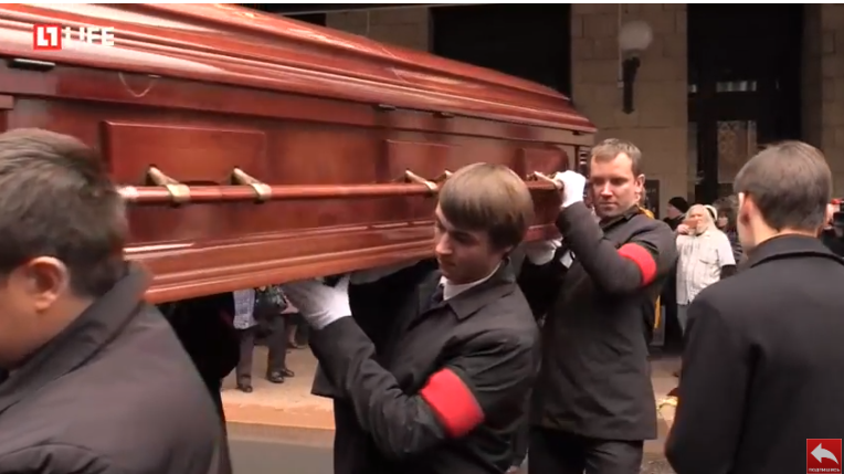 Гроб с телом Романа Карцева провели на кладбище аплодисментами появились