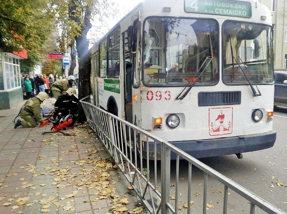 В России троллейбус въехал в толпу людей: есть погибшие, первые фото и видео с места ЧП