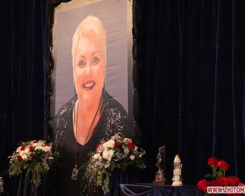 Сотни людей стали в очередь, чтобы проститься с Мариной Поплавской: новые фото и видео