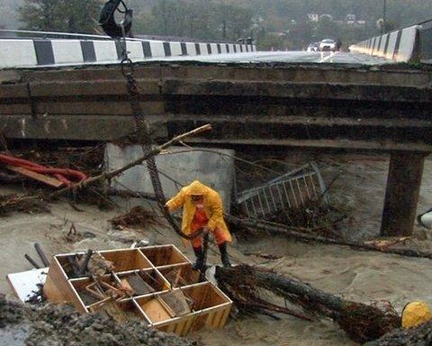 Россия продолжает страдать от страшного наводнения, есть погибшие: фото и видео очевидцев