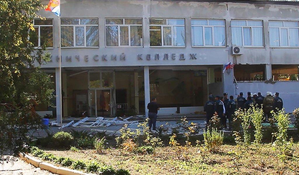 Возле места трагедии в Керчи появились люди в масках и с автоматами: видео
