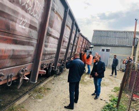 НП в Ужгороді: вантажний потяг зійшов з рейок і «завалився» на житловий будинок