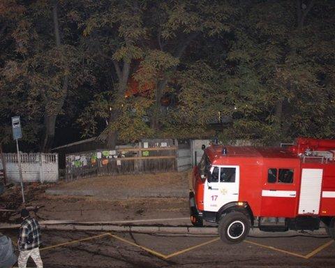 В Киеве посреди ночи вспыхнул мощный пожар: кадры с места ЧП