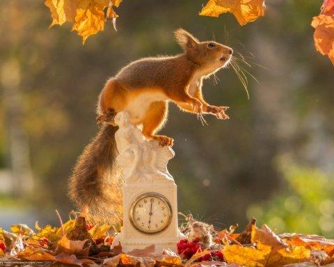 Перехід на зимовий час: коли переводять годинники в Україні