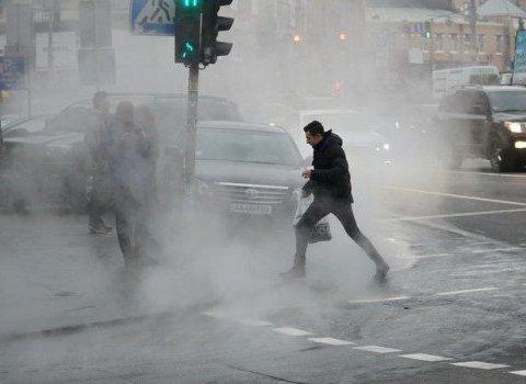 В Киеве из-под земли стал бить горячий фонтан: впечатляющие видео