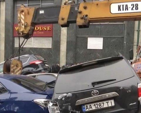 Масштабное ДТП с автокраном в Киеве: появилось видео момента аварии