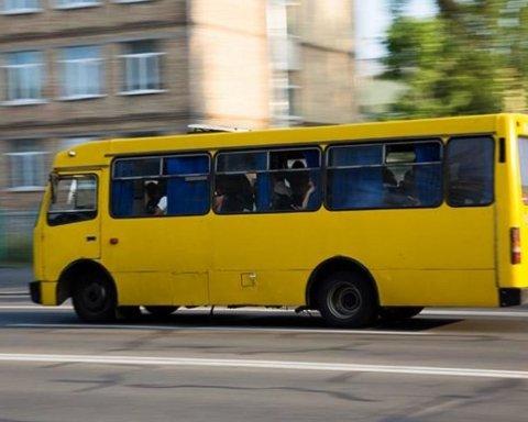 Поспішали на роботу: пасажири маршрутки жорстоко побили інваліда