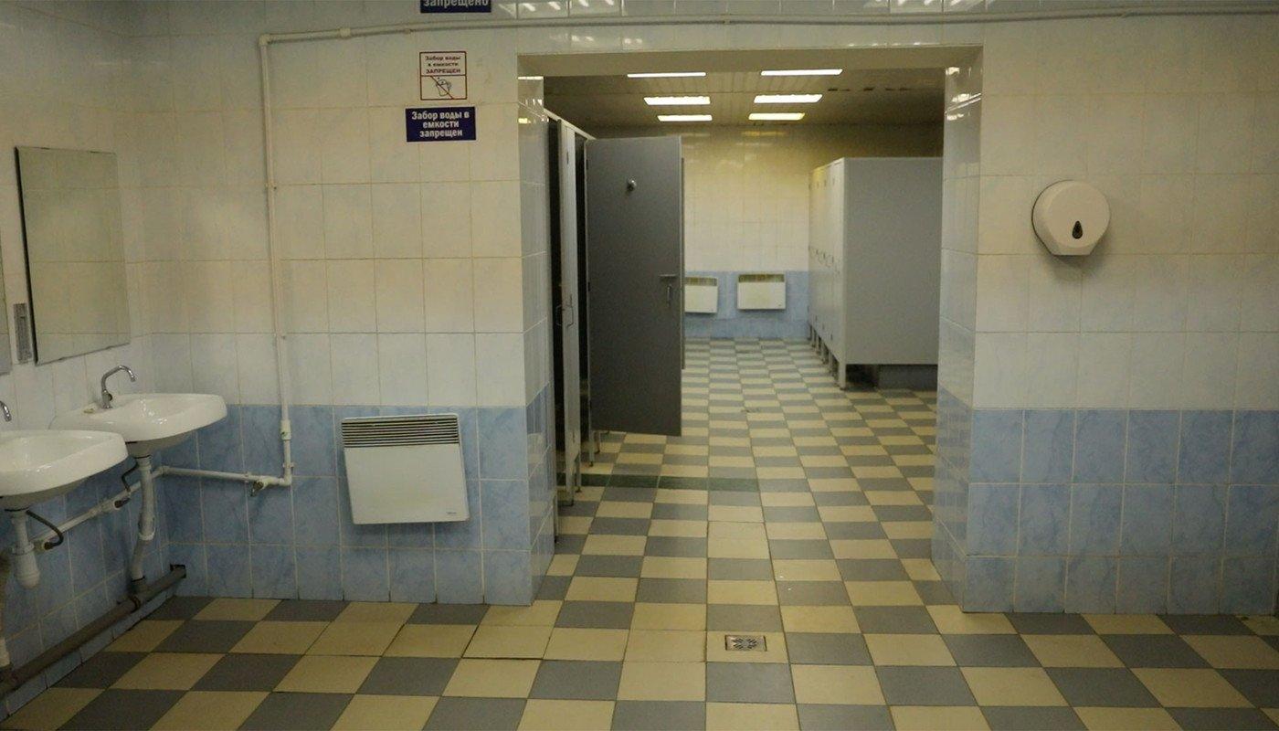 Киевляне ходили в общественный туалет мимо трупа: жуткие фото