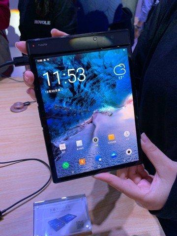 Китайці випустили перший у світі гнучкий смартфон: вражаючі фото та відео