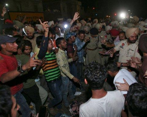 В Індії півсотні людей загинули під потягом: моторошне відео