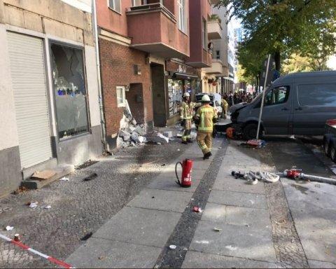 В Берлине машина протаранила кафе, много пострадавших: первые кадры с места ЧП