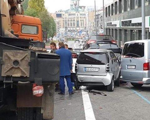Автокран без тормозов смял 21 машину, есть пострадавшие: подробности масштабной аварии в центре Киева