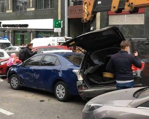 Десятки авто вщент: у центрі Києва КамАЗ влаштував масштабну ДТП, місто паралізовано