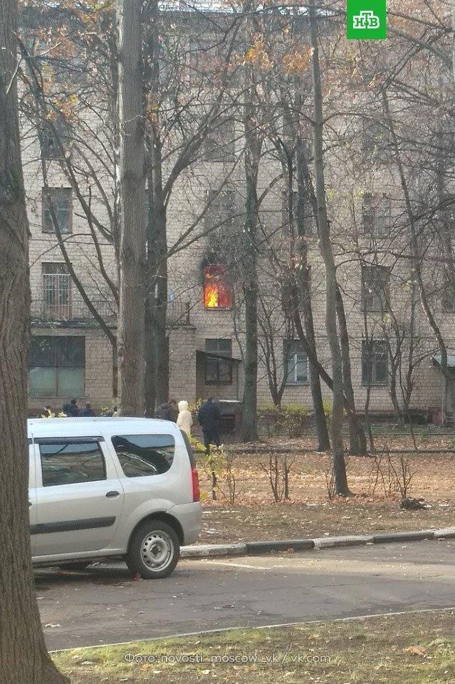 Валить чорний дим, а люди кличуть на допомогу: в Москві горить готель