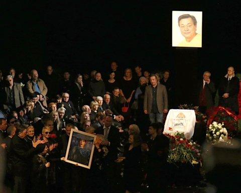 Труну з тілом Миколи Караченцова провели на кладовище оплесками і криками «Браво!»: з'явилися фото і відео